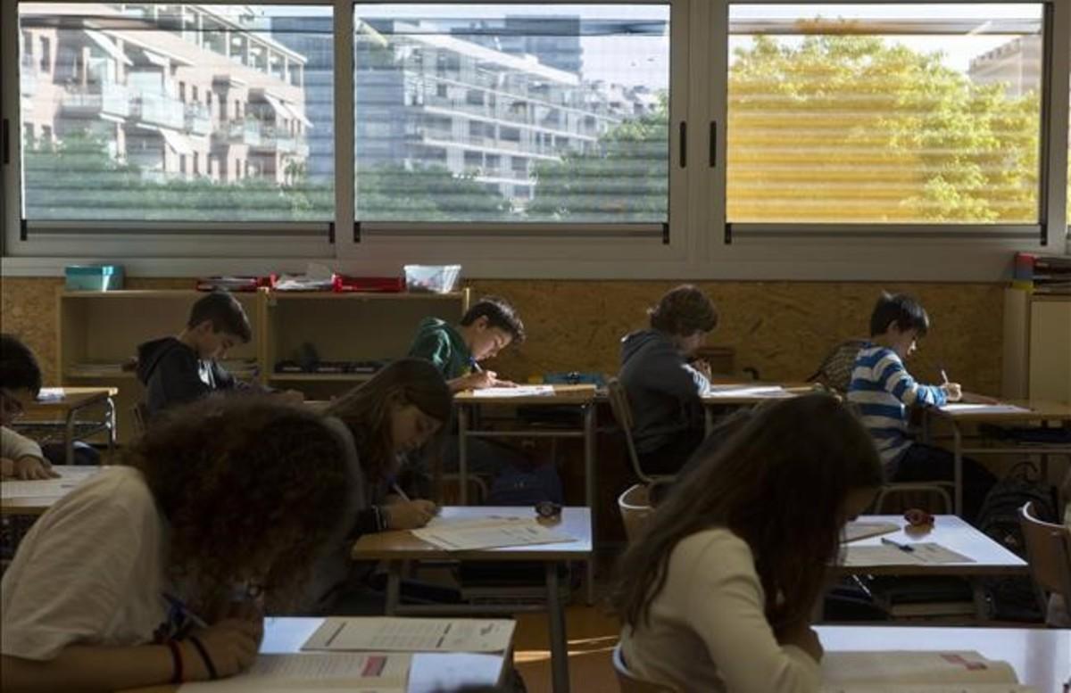 Alumnos del colegio de primaria Pere IV, en el Poblenou de Barcelona, en plena prueba de competencias básicas.