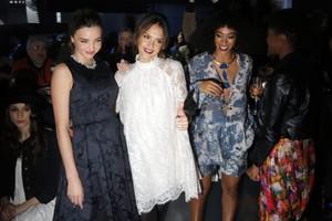 La model australiana Miranda Kerr amb l'actriu, Jessica Alba i la germana de Beyoncé, Solange Knowles, posant abans de la desfilada de H&M.