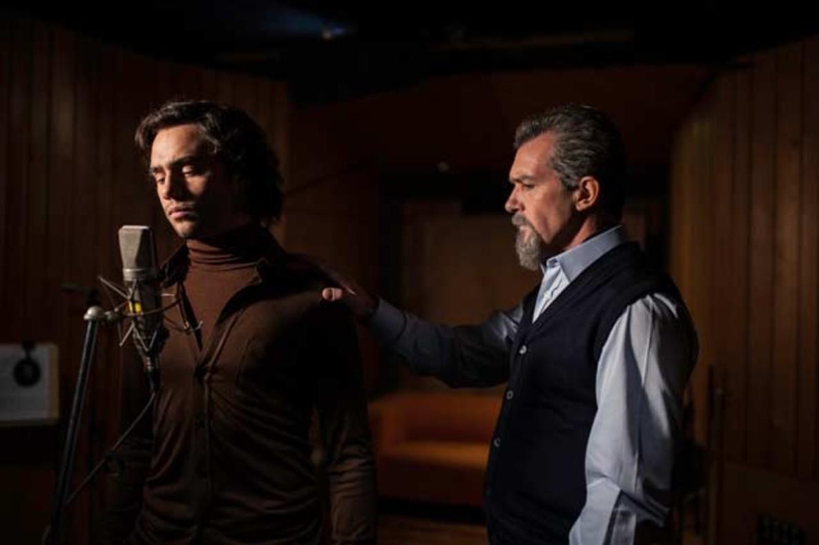 Toby Sebastian y Antonio Banderas en una escena de La música del silencio.