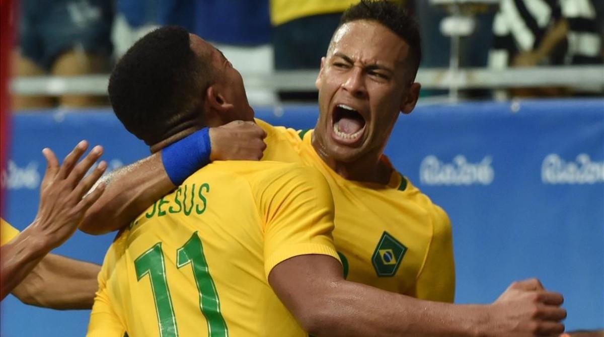 Neymar se abraza con Gabriel Jesús en el partido contra Dinamarca.
