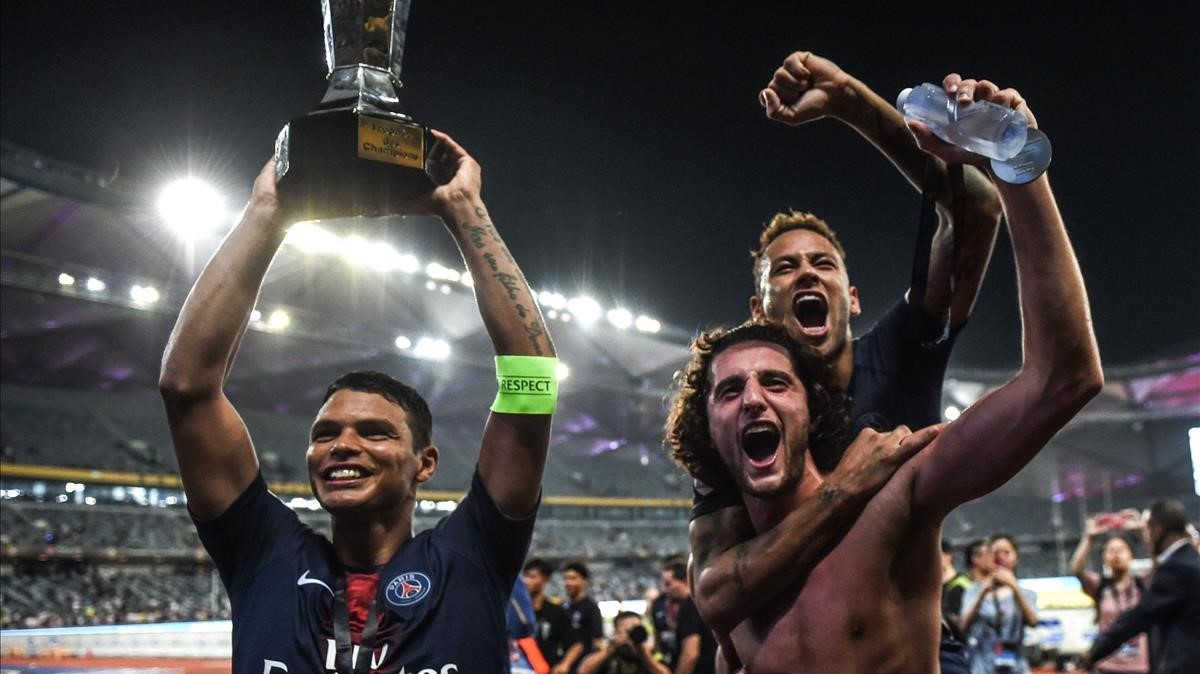 Neymar, a lomos de Rabiot, celebra el título junto a Thiago Silva.