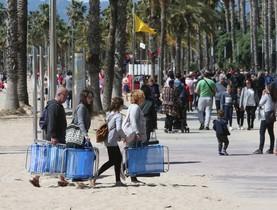 GRAF3948. SALOU (ESPAÑA), 01/04/2018.-Numerosos turistas disfrutan del buen tiempo, en la Playa de Levante de Salou, Tarragona, este mediodia. EFE/Jaume Sellart