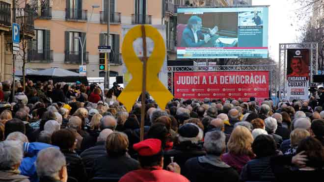 Òmnium col·loca una pantalla gegant al carrer per veure la declaració de Cuixart i Forcadell