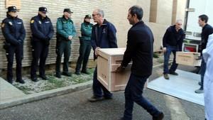 Operarios trasladan las piezas al monasterio de Sijena.