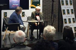 Oscar Tusquets (derecha) y Sergi Pàmies, en la Casa del Llibre de la Rambla de Catalunya, el lunes.