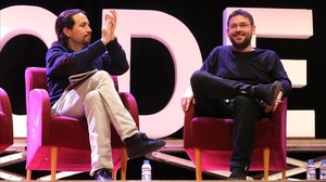 Pablo Iglesias aplaude a Albano Dante Fachin en un acto el pasado febrero en Sant Feliu de Llobregat.