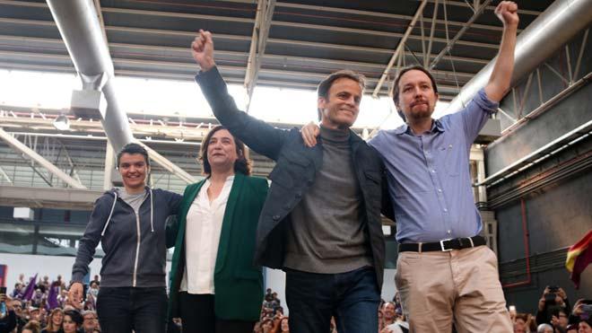 Pablo Iglesias: Las cloacas eran una máquina de mentir. En la foto, de izquierda a derecha, Lucía Martín, Ada Colau, Pablo Iglesias y Jaume Asens, durante el miting en La Farga de LHospitalet.