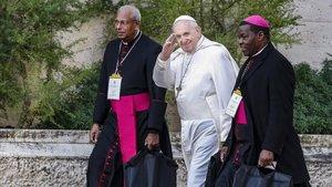 El Papa Francisco saluda al llegar en la cumbre mundial de protección infantil, para reflexionar sobre la crisis de abusos sexuales dentro de la Iglesia Católica en el Vaticano
