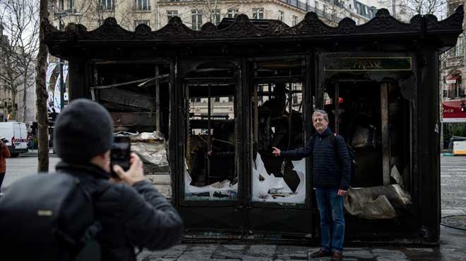 París amanece con destrozos tras la decimoctava jornada de protesta de los chalecos amarillos.