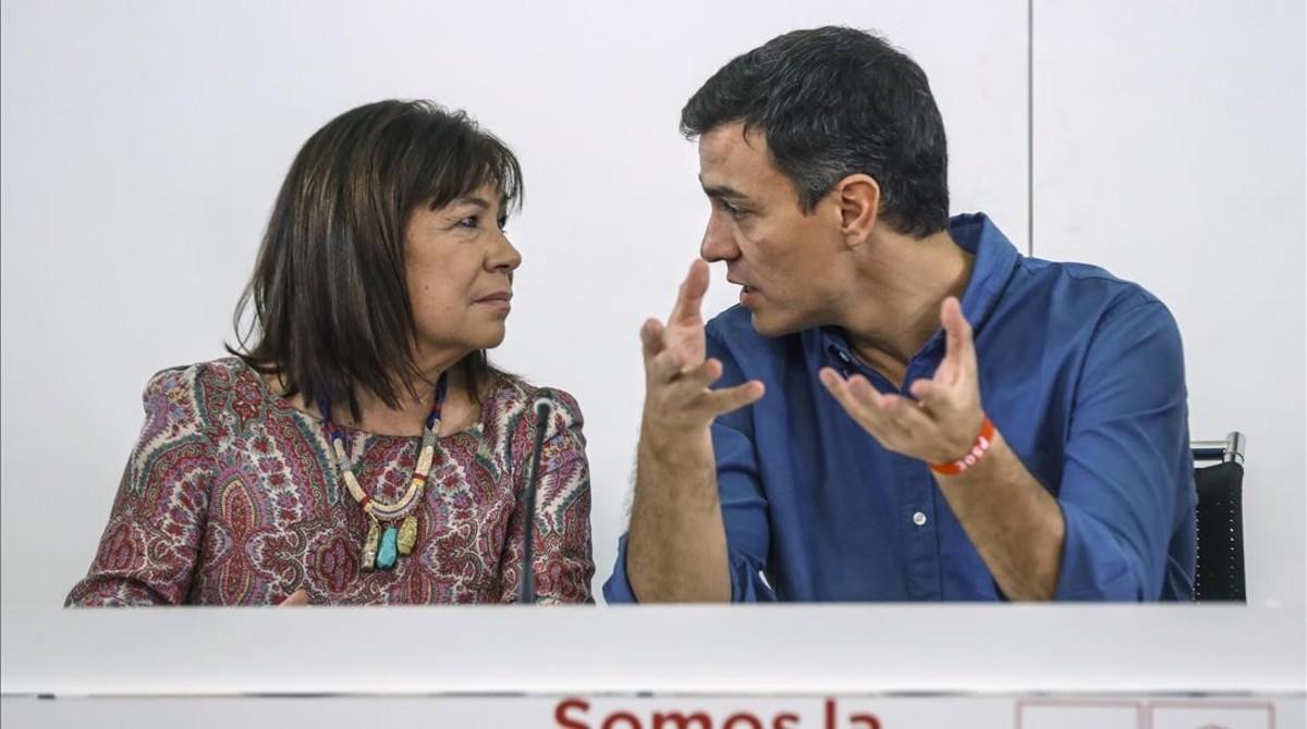 Pedro Sánchez habla con la presidenta del PSOE, Cristina Narbona, en la sede del partido .