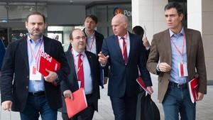 Pedro Sánchez, junto al presidente de la Internacional Socialista, Yorgos Papandreu; el líder del PSC, Miquel Iceta, y el secretario de organización del PSOE, José Luis Ábalos, este sábado, 25 de noviembre, en Barcelona.