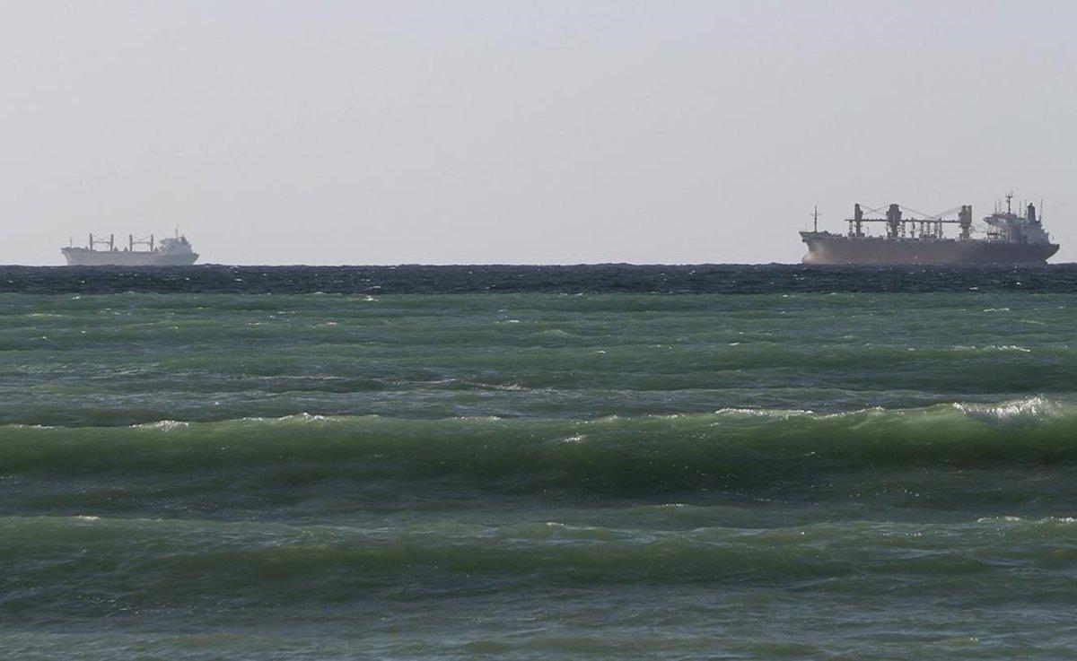Petroleros cruzan el estrecho de Ormuz, en Omán.