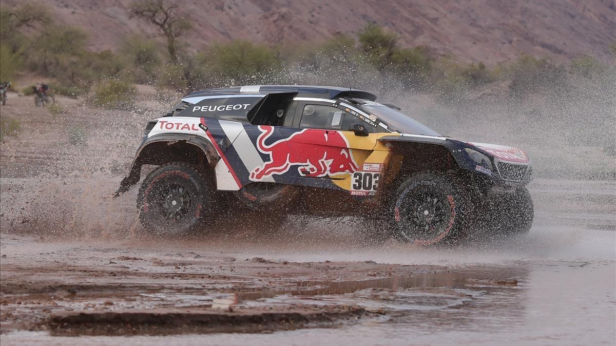 El Peugeot de Carlos Sainz, en plena acción en la etapa del jueves