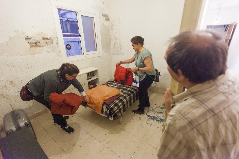 Pili y Yolanda preparan ropa para los hermanos Amaya ante la antenta mirada de Joaquín.