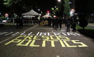 Pintadas en la calzada en la avenida de Roma, en Tarragona, en la acción convocada por Tsunami Democràtic.