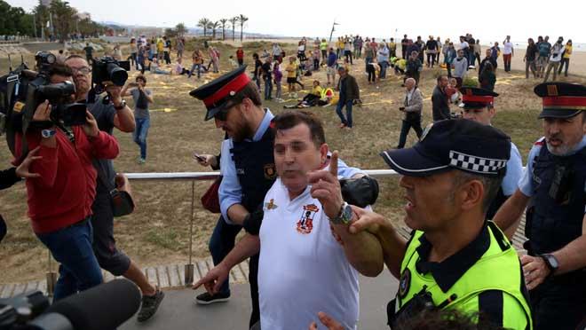 Unas cincuenta personas se reúnen con lazos amarillos en la playa de la capital del Maresme.