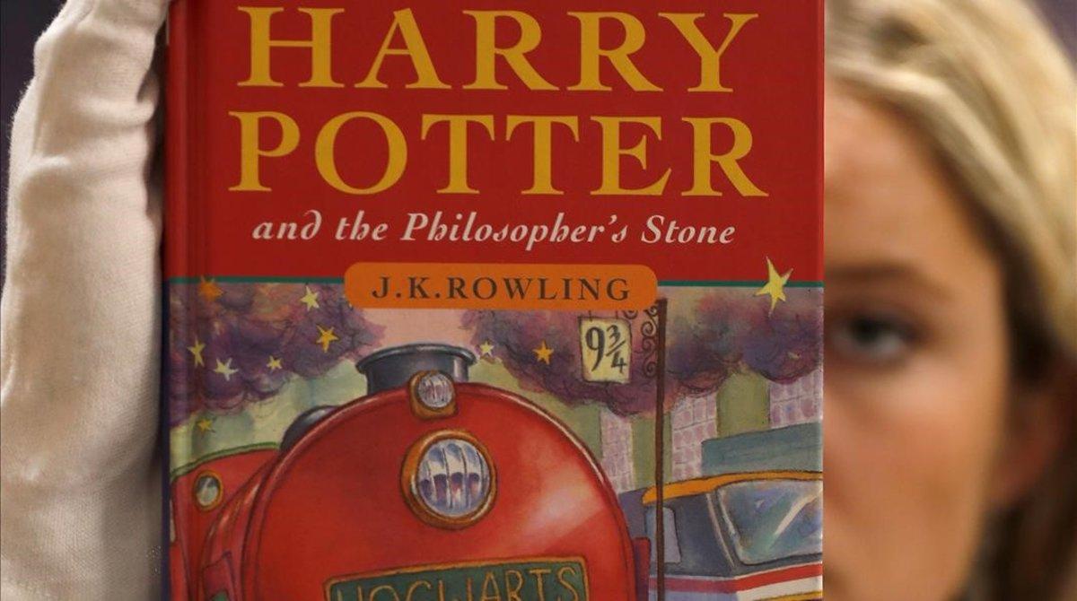 Portada de una de las primeras copias del libro 'Harry Potter y la piedra filosofal' de la autora J.K. Rowling