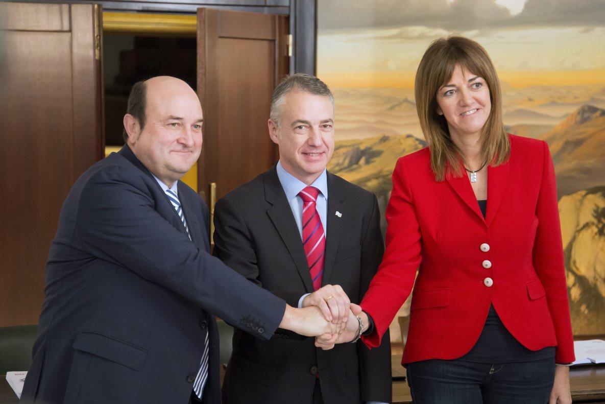 El presidente del PNV, Andoni Otuzar (i), el candidato a lendakari Iñigo Urkullu, y la candidata socialista, Idoia Mendia.