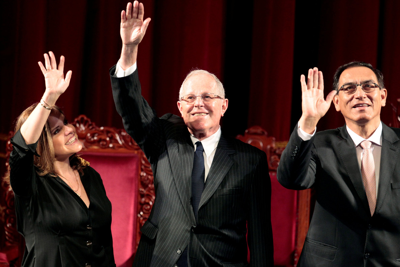 El presidente de Perú,Pedro Pablo Kuczynski (centro), junto al vicepresidente Martin Vizcarra (derecha)y la vicepresidente segunda, Mercedes Arao (izquierda), en un acto en Lima en junio del 2016.