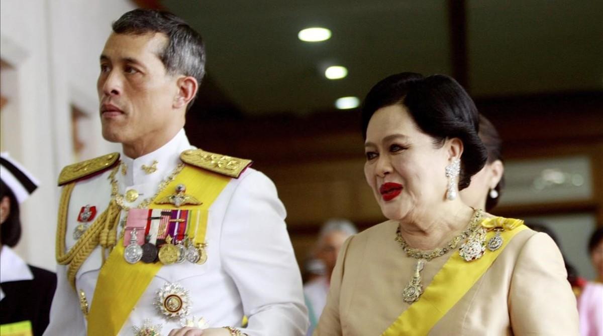 El príncipe Vajiralongkorn con su madre, la reina Sikrit.
