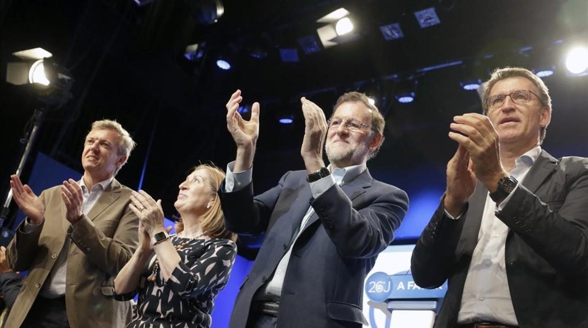 Rajoy, acompanado por el presidente de la Xunta, Alberto Núñez Feijóo (derecha), la ministra Ana Pastor y el presidente del PP en Pontevedra Alfonso Rueda, durante el mitin del PP en Pontevedra.