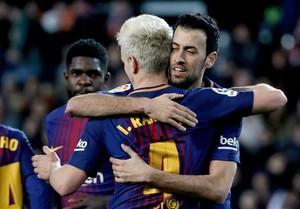 Rakitic y Busquets celebran un gol