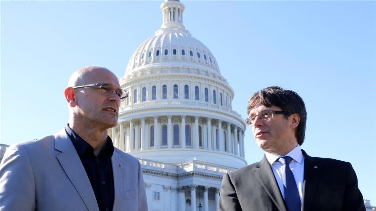 Raül Romeva y Carles Puigdemont, en marzo del 2017, ante el Capitolio de EEUU.