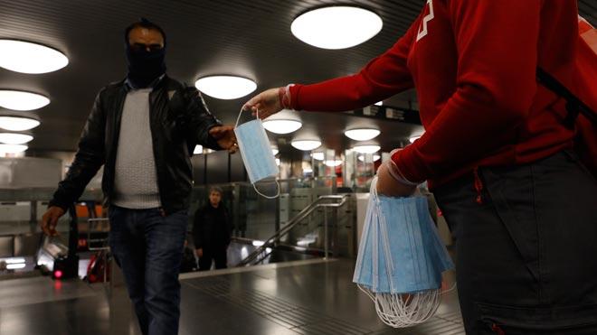 Reparto de mascarillas en el metro de Barcelona.