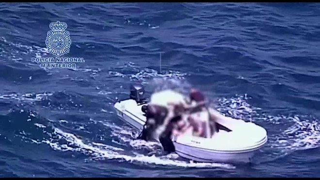El suceso, según ha informado la Policía, tuvo este martes a las 14.00 horas a la altura de los Toneleros debido a las malas condiciones del mar y el accidente fue observado por un helicóptero policial.