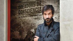 Ricardo García Vilanova, ante el cartel de la exposición del Palau Robert.