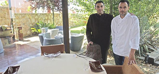 Un rincón del restaurante, con Paco Alcobendas (izquierda) y el cocinero Jo Baixas. Foto: GUILLERMO MOLINER