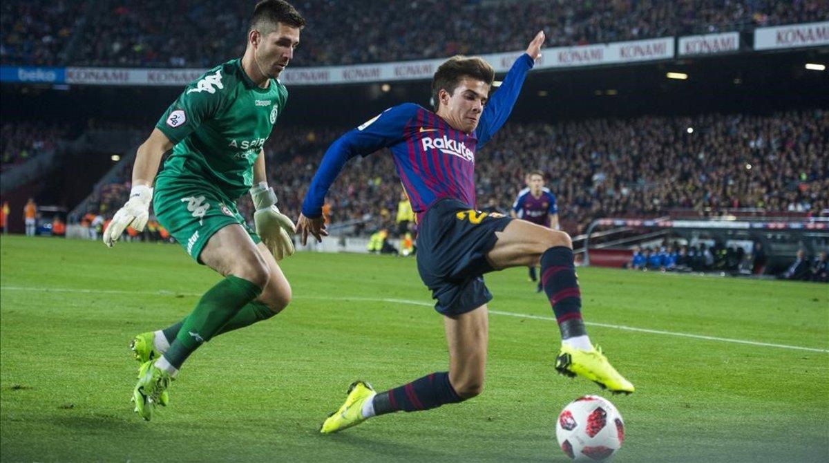 Riqui Puig disputando un partido con el FC Barcelona de la Copa del Rey.