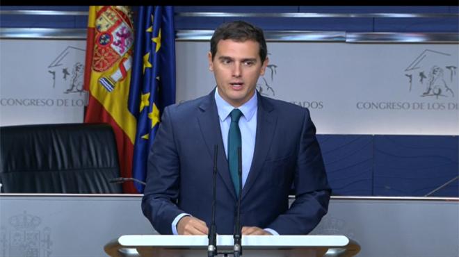 Albert Rivera ratifica su apoyo a la investidura de Rajoy y en un lapsus aventura que el pleno será mañana.