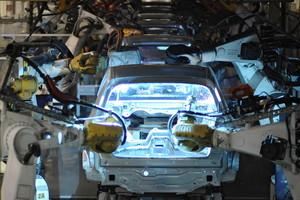 Un roboten la línea de montaje de Volkswagen en Wolfsburg.