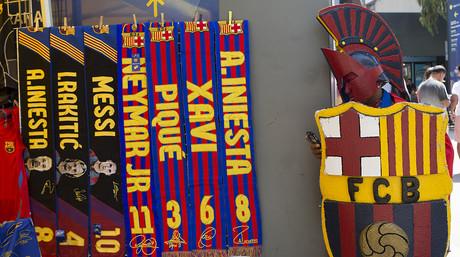 Un 'romano' azulgrana, junto a varias bufandas con nombres de los jugadores del Barça.