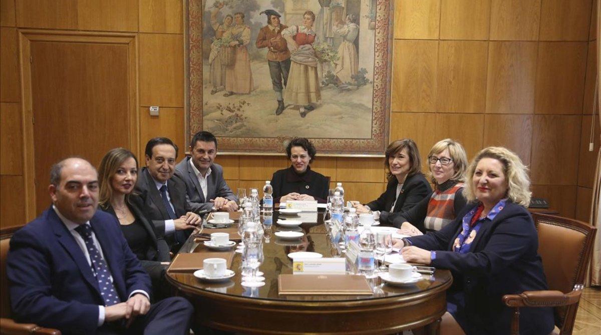 La ministra de Trabajo, Magdalena Valerio, en el centro de la imagen, junto a los representantes de organizaciones que han firmado el acuerdo sobre autónomos con el Gobierno.