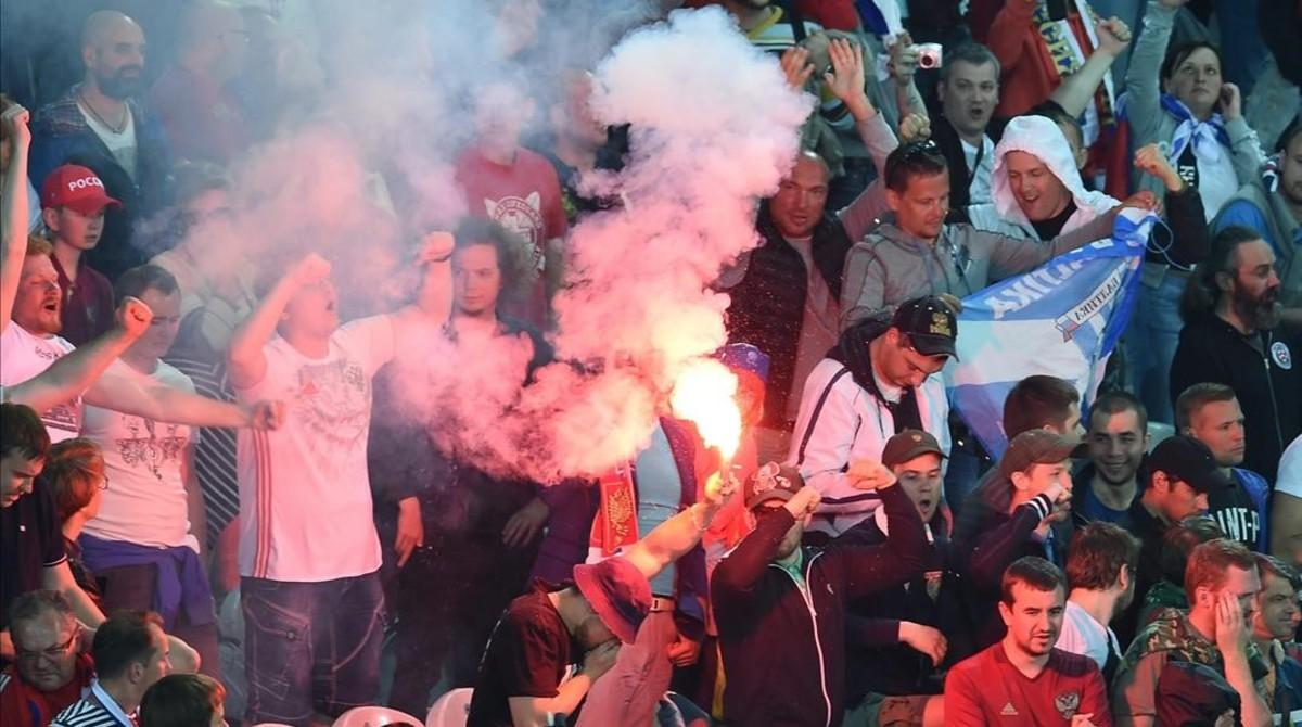 Hinchas rusos encienden bengalas durante el partido ante Eslovaquia en Lille.