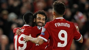 Salah celebra uno de sus goles entre Mané y Firmino.