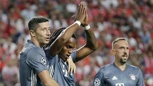 Renato celebra su gol junto a Lewandowski y Ribéry.