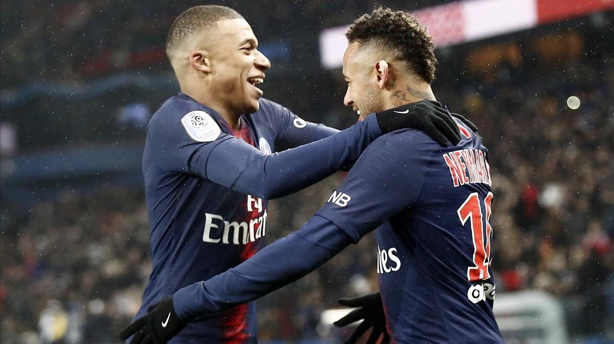 Mbappé y Neymar celebran uno de los goles del PSG.