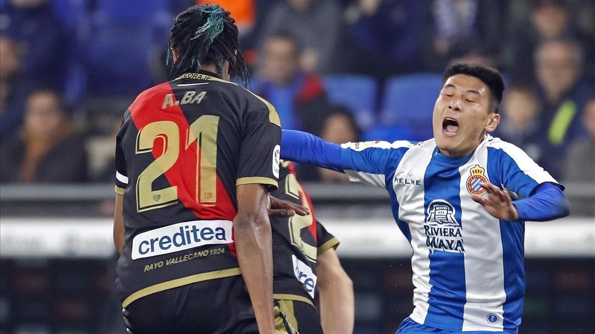 Wu Lei (derecha), junto al senegalés Ba, en el partido del Espanyol contra el Rayo.