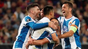 Campuzano, Víctor Sánchez y Vargas se abrazan con Wu Lei, autor del primer gol.