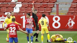 El árbitro expulsa a Gaspar Campos, jugador del Sporting, este sábado en Gijón.
