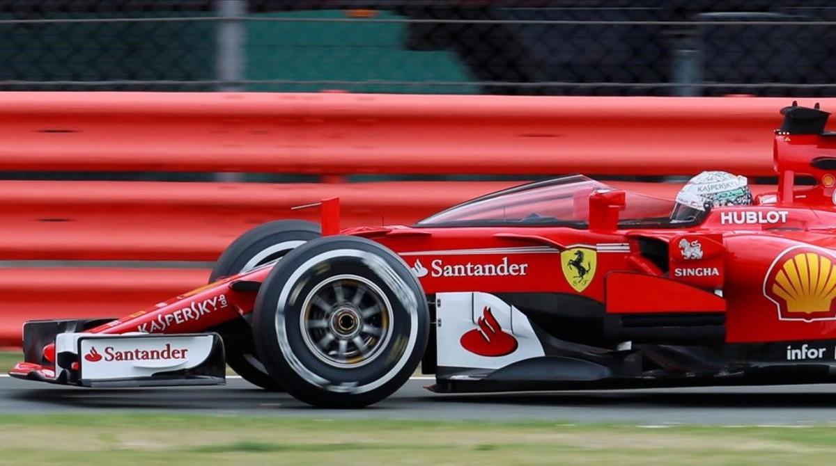 Sebastian Vettel prueba el 'shield' (escido) durante los primeros libres de Silverstone.
