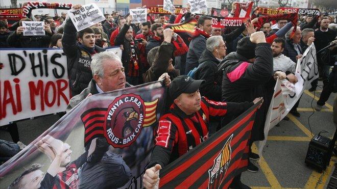 Seguidores del Reus Deportiu se manifiestan contra Joan Oliver, el máximo accionista del club.