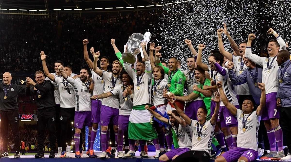 2214bd79f Sergio Ramos alza la Copa de Europa al cielo de Cardiff junto a sus  compañeros tras
