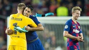 Suárez y Ter Stegen, dos de los destacados protagonistas, se felicitan al final del Barça-Inter.
