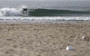 Un surfista llisca sobre les onades a la platja de Toyoma, a 50 quilòmetres de la central nuclear de Fukushima.