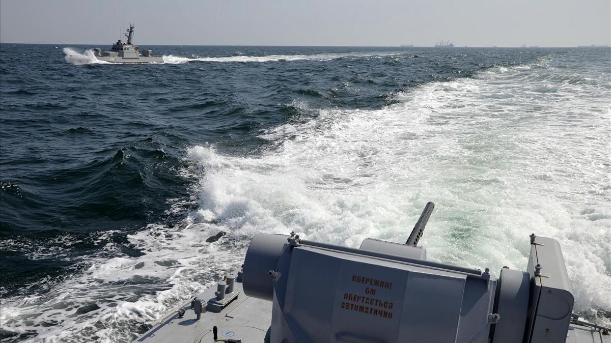 Dos barcos militares ucranianos cerca de Crimea este domingo.