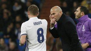 Zidane le da indicaciones a Toni Kroos en un partido ante Las Palmas.